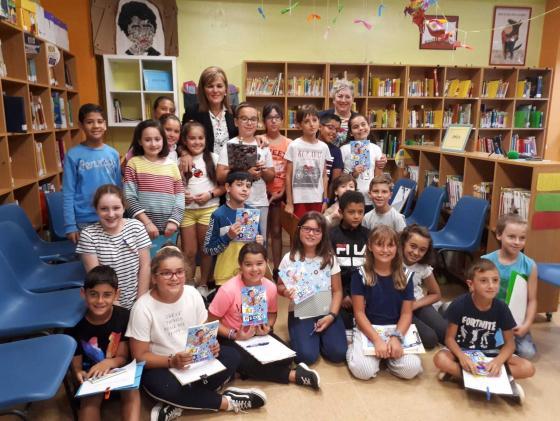 O Concello de Redondela reparte 2.500 axendas escolares nos 15 centros públicos do municipio