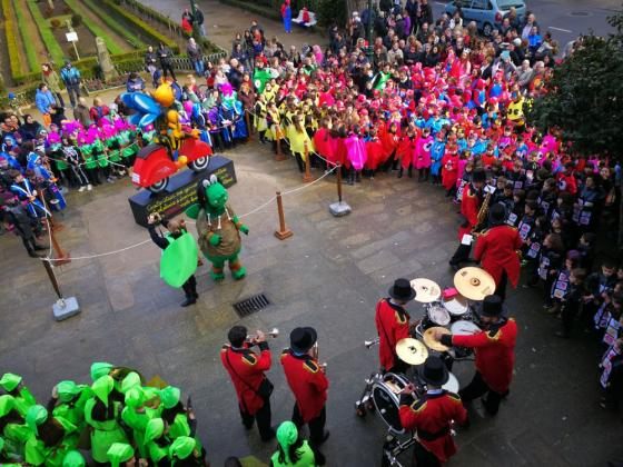 Visita al Ayuntamiento de los escolares disfrazados en carnaval