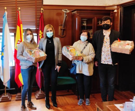 A alcaldesa de Redondela entrega os premios do Concurso de Escaparates e Concurso de Disfraces