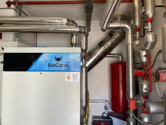 El Gobierno local reafirma su compromiso con la eficiencia energética instalando calderas de biomasa en el  Multiúsos de Chapela y en el Conservatorio