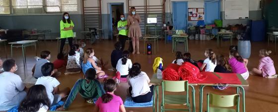 La alcaldesa comparte un tiempo con los niños y niñas que participan en los campamentos de conciliación organizados por la Concejalía de Igualdad