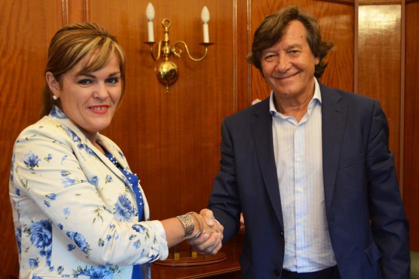 Asinado o convenio de colaboración que permitirá acondicionar o pavillón de Chapela cunha achega de 40.000 euros da Xunta