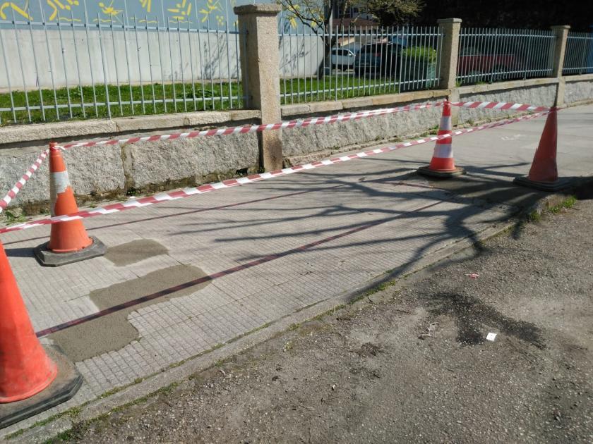 El Ayuntamiento repara las zonas más deterioradas de las aceras de la Avenida  Mendiño