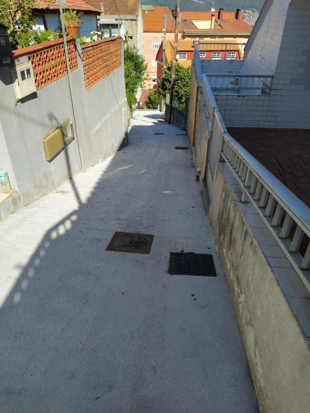 El Ayuntamiento mejora el firme del camino de la Pega, en Chapela, atendiendo una demanda del vecindario de la zona