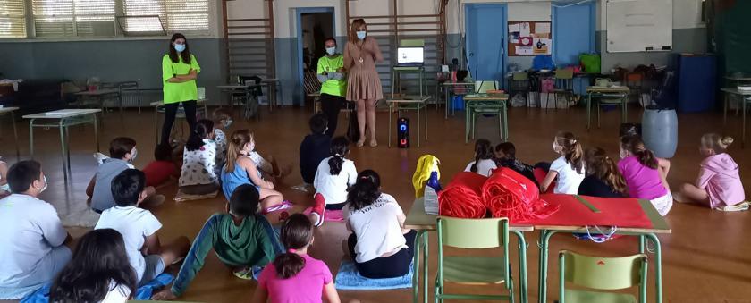 A alcaldesa comparte un tempo cos nenos e nenas que participan nos campamentos de conciliación organizados pola Concellería de Igualdade