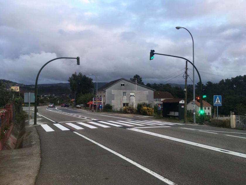 """O Concello instala un semáforo na contorna do CEIP de Cesantes """"dando resposta a unha demanda histórica da veciñanza"""""""
